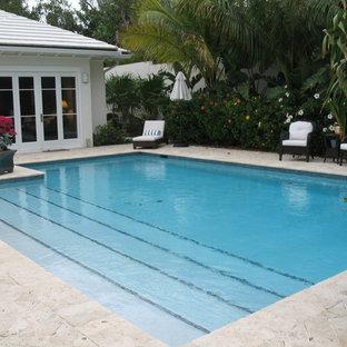 Foto de piscina alargada, costera, grande, rectangular, en patio trasero, con adoquines de ladrillo