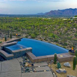 Свежая идея для дизайна: бассейн-инфинити среднего размера, произвольной формы в стиле фьюжн с покрытием из бетонных плит - отличное фото интерьера