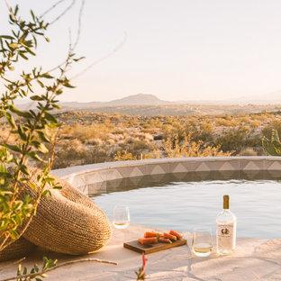 Imagen de piscina elevada, rural, pequeña, redondeada, en patio trasero, con suelo de baldosas