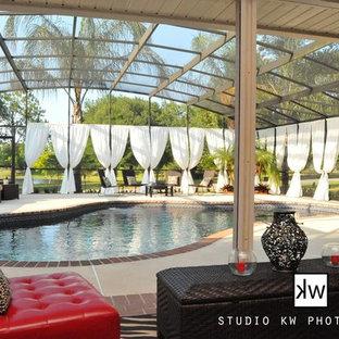 Foto de piscina alargada, tradicional, tipo riñón, en patio trasero