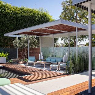Ispirazione per una grande piscina minimalista rettangolare dietro casa con una dépendance a bordo piscina e lastre di cemento