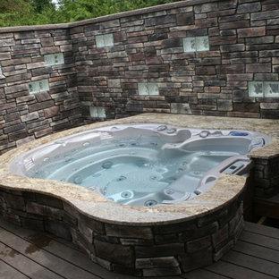 Ejemplo de piscinas y jacuzzis elevados, actuales, de tamaño medio, a medida, en patio trasero, con entablado