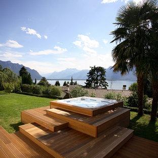 Ispirazione per una piscina fuori terra design rettangolare di medie dimensioni e dietro casa con una vasca idromassaggio e pedane