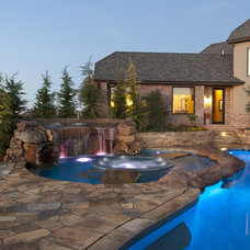 Transitional Pool by CAVINESS LANDSCAPE DESIGN, INC.