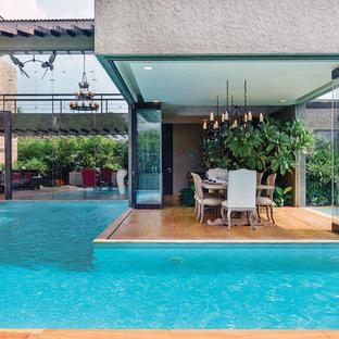 Foto de casa de la piscina y piscina actual, a medida, en patio trasero