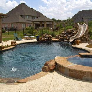 Diseño de piscinas y jacuzzis alargados, de estilo americano, de tamaño medio, a medida, en patio trasero, con losas de hormigón