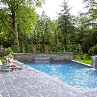 Пример оригинального дизайна: прямоугольный бассейн среднего размера на заднем дворе в скандинавском стиле с фонтаном