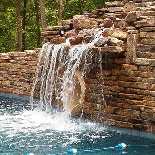 Свежая идея для дизайна: большой естественный бассейн произвольной формы на заднем дворе в стиле рустика с водной горкой и покрытием из декоративного бетона - отличное фото интерьера