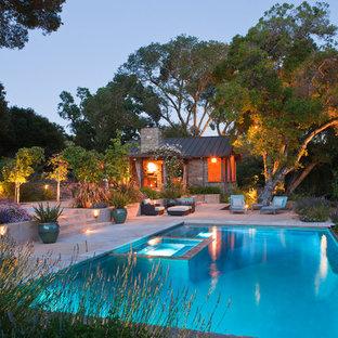Diseño de piscinas y jacuzzis alargados, actuales, grandes, rectangulares, en patio trasero, con losas de hormigón
