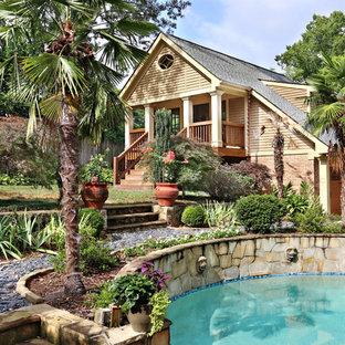 Diseño de piscina de estilo americano en patio trasero