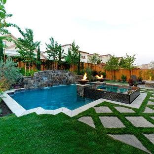 Imagen de piscinas y jacuzzis alargados, tradicionales, de tamaño medio, a medida, en patio trasero, con adoquines de piedra natural