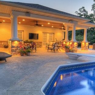 Diseño de casa de la piscina y piscina elevada, contemporánea, grande, en forma de L, en patio trasero, con losas de hormigón