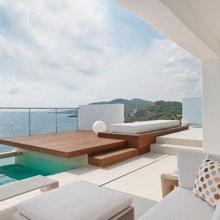 Ispirazione per un'ampia piscina monocorsia design rettangolare sul tetto con piastrelle