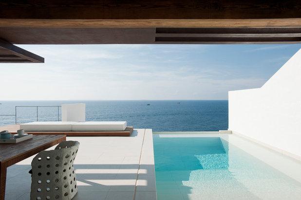 Beach Style Pool by JUMA architects