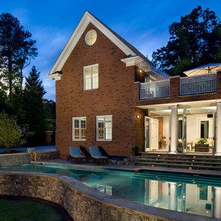 Modelo de piscina con fuente elevada, clásica, extra grande, a medida, en patio trasero, con adoquines de piedra natural