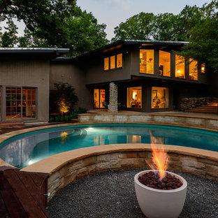 Foto de piscina retro, de tamaño medio, redondeada, en patio trasero