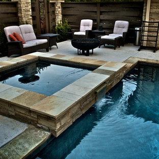 Réalisation d'un petit couloir de nage arrière asiatique rectangle avec une dalle de béton et un bain bouillonnant.