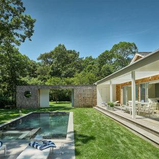 Modelo de piscina retro, pequeña, rectangular, en patio trasero, con entablado