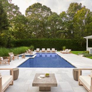 Diseño de piscinas y jacuzzis costeros, grandes, rectangulares, en patio lateral, con adoquines de piedra natural