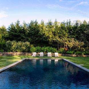 Ispirazione per una grande piscina naturale costiera rettangolare dietro casa con pavimentazioni in pietra naturale
