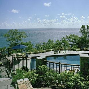 Immagine di una piscina stile marinaro rettangolare