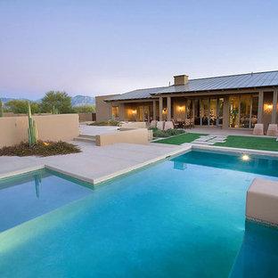 Неиссякаемый источник вдохновения для домашнего уюта: большой спортивный бассейн произвольной формы на заднем дворе в средиземноморском стиле с покрытием из бетонных плит