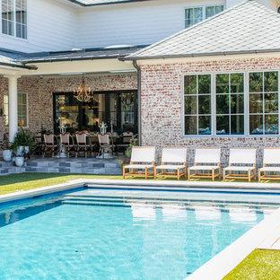 Imagen de piscinas y jacuzzis alargados, bohemios, grandes, rectangulares, en patio trasero, con losas de hormigón