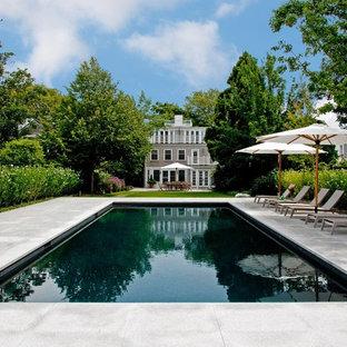 ボストンの中サイズの長方形ヴィクトリアン調のおしゃれな裏庭プール (天然石敷き) の写真