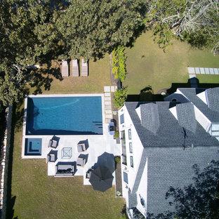Foto de piscina alargada, clásica, de tamaño medio, rectangular, en patio trasero, con suelo de hormigón estampado