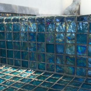 Diseño de piscina con fuente alargada, moderna, grande, en forma de L, en patio trasero, con losas de hormigón
