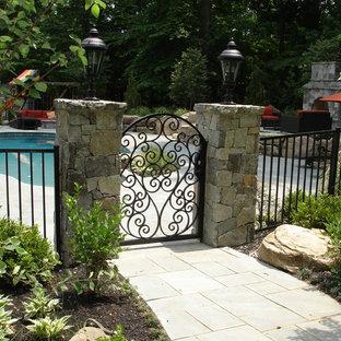 Idee per una grande piscina monocorsia classica personalizzata dietro casa con pavimentazioni in cemento