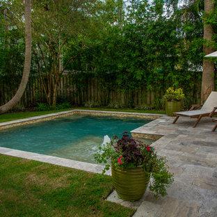 Modelo de piscinas y jacuzzis naturales, modernos, pequeños, en forma de L, en patio trasero, con adoquines de piedra natural