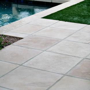 Diseño de piscina de estilo americano, de tamaño medio, rectangular, en patio trasero, con suelo de hormigón estampado