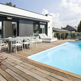 Mittelgroßer Moderner Pool hinter dem Haus in individueller Form mit Dielen in Dortmund