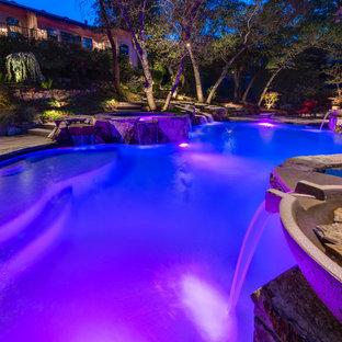 Diseño de piscinas y jacuzzis mediterráneos, grandes, a medida, en patio trasero, con adoquines de piedra natural