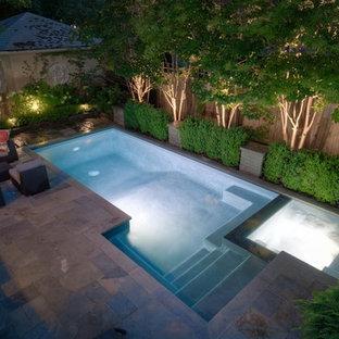 Ejemplo de piscinas y jacuzzis actuales, pequeños, rectangulares, en patio trasero, con adoquines de piedra natural