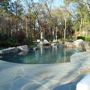 Foto de casa de la piscina y piscina natural, rural, de tamaño medio, a medida, en patio trasero, con adoquines de piedra natural