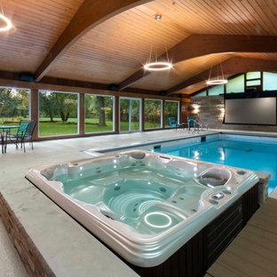 Modelo de piscinas y jacuzzis retro, pequeños, interiores y rectangulares, con losas de hormigón
