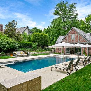 Diseño de casa de la piscina y piscina natural, tradicional, grande, rectangular, en patio trasero, con suelo de hormigón estampado