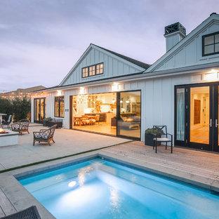 Ispirazione per una piscina country rettangolare dietro casa con fontane e pedane