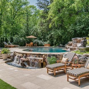 Imagen de piscina con fuente mediterránea, tipo riñón, en patio trasero