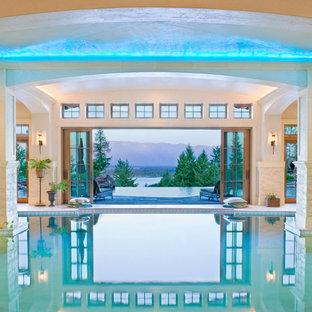 ジャクソンの巨大なオーダーメイド地中海スタイルのおしゃれな屋内プール (タイル敷き) の写真