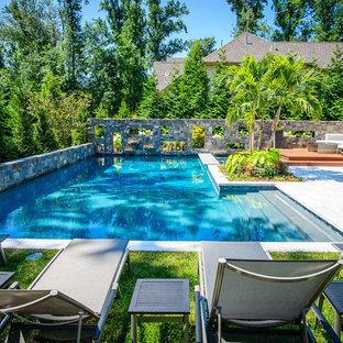 Modelo de piscina rústica, pequeña, en forma de L, en patio trasero
