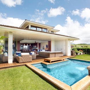 Immagine di una piccola piscina naturale tropicale rettangolare dietro casa con fontane e pedane