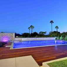 Contemporary Pool by Charco DESIGN & BUILD Inc.