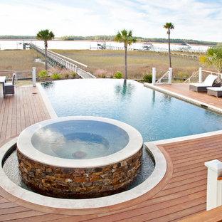 Modelo de piscina infinita, tradicional, con entablado
