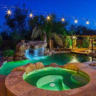 Cette photo montre un couloir de nage arrière sud-ouest américain sur mesure avec un bain bouillonnant et du carrelage.