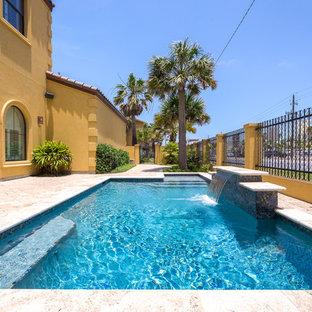 Ispirazione per una piscina stile marino personalizzata nel cortile laterale