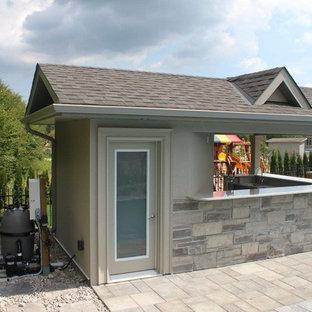 Diseño de casa de la piscina y piscina alargada, clásica renovada, de tamaño medio, rectangular, en patio trasero, con adoquines de ladrillo