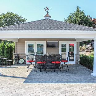 Ejemplo de piscinas y jacuzzis naturales, románticos, extra grandes, a medida, en patio trasero, con adoquines de hormigón